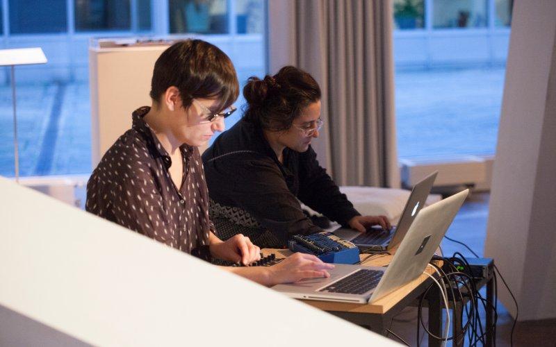 Foto: Alexandra Gschiel, Performance: Lale Rodgarkia-Dara und Veronika Mayer