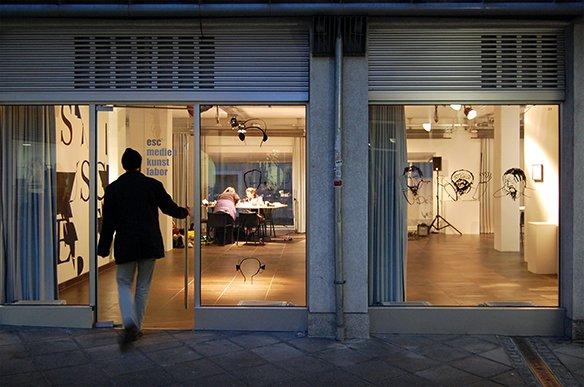 01 Eingang esc Illustrationen an den Fenstern von Lisa-Sophie Winklhofer und Robin Klengel, © esc medien kunst labor