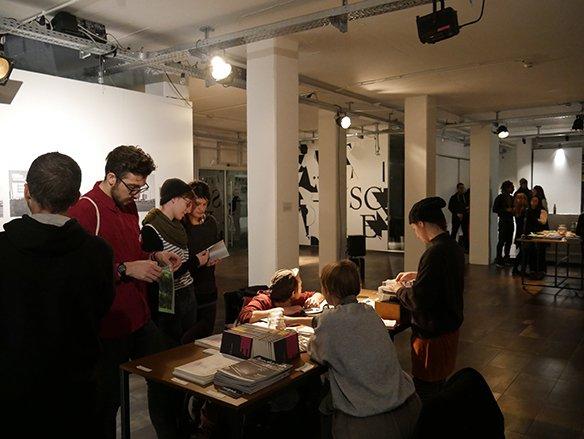 09 15.12.2015 Bring & Share-Tisch: Bücher- und Zine-Tisch zum Lesen, Anschauen, Tauschen und Herzeigen, © esc medien kunst labor