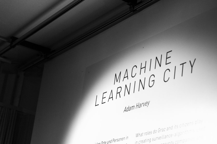 Machine-Learning-City_Vernissage1_ELEVATE_Adam-Harvey_@_esc_medien-kunst-labor_©_Foto:_Hannah-Antonia