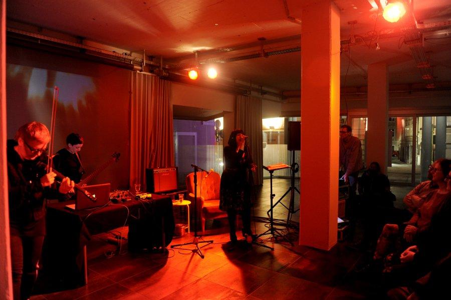 Medusa's-Bed_Performance1_L.Lunch_Z.Mani_M.Zabelka_@_esc_medien-kunst-labor_©_Foto:_Maryam-Mohammadi