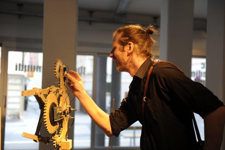 theatrum-mundi_Ausstellungsansicht_by_Niki-Passath_@_esc_medien-kunst-labor_Schaufenstergalerie-SCHARF_galerie-galerie_©_Foto:_Maryam-Mohammadi