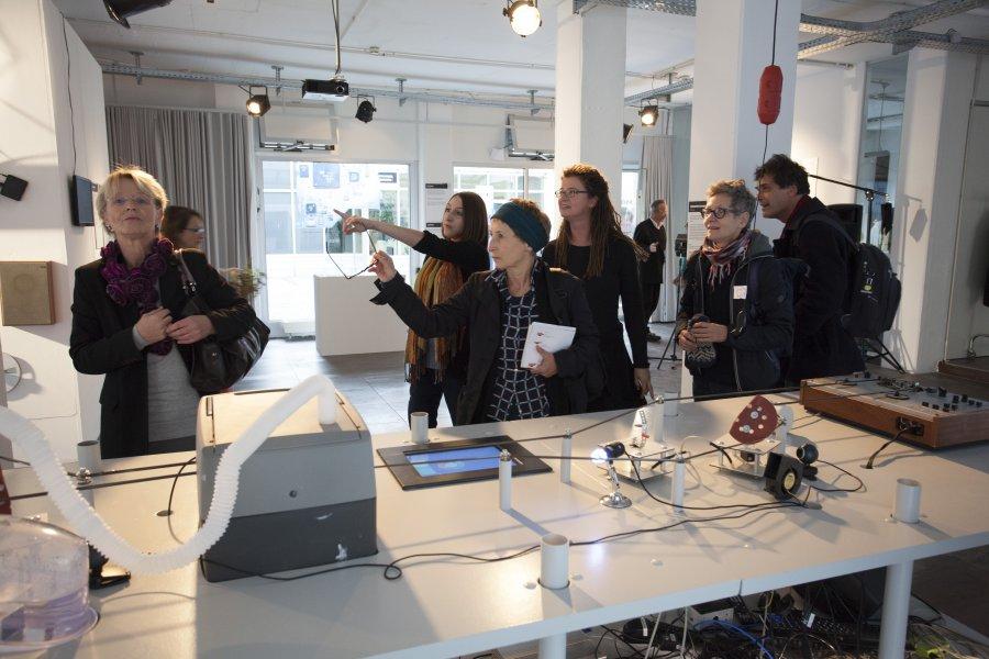 """BesucherInnen bei """"information/storage.refresh"""", © esc medien kunst labor"""