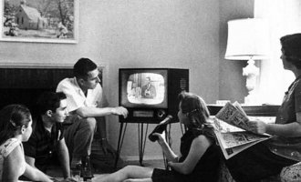 (c) National Archives and Records Administration_Flyersujet_Family watching television