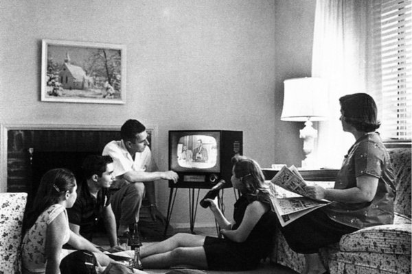 sofa68_Sujet_Seppo-Gründler_@_esc_medien-kunst-labor_©_Foto:_National-Archives-and-Records-Administration_Family-watching-television-1958