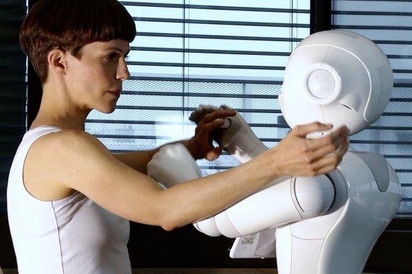 ©esc medien kunst labor_nothing-more-human-then-humanoid_frame embodying a shadowEva-Maria Kraft mit Roboter Machina, Streaming2021_®M. Loizenbauer
