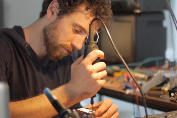 Sebastian Scholz mit Elektrobohrer